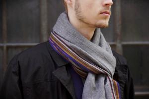 Tilbud på halstørklæder til mænd passer til sæsonen
